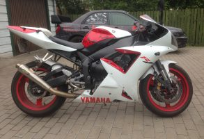 Yamaha R1 moto aplīmēšana