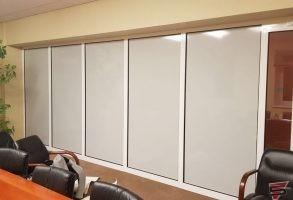 ofisa stiklu sienas aplīmēšana ar necaurspīdīgu līmplēvi