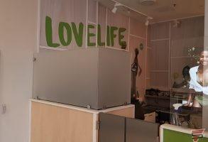 ofisa stikla aplīmēšana ar baltu smilšu strūklas plēvi