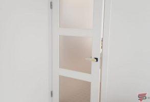smilšu strūklas plēve uz durvīm